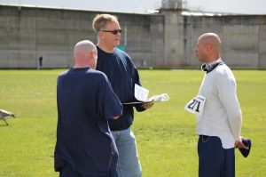 Inmates and guard chatting about the race. - Photo by OSP Athletic Club